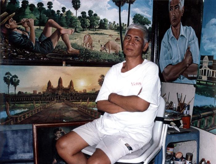 Ванн Нат среди своих картин