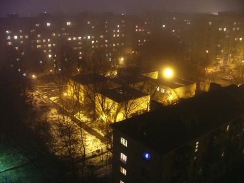 Реальная фотка: здание детского сада (или школы) в форме логотипа wallpapers[ru] (г. Киев, 2005)
