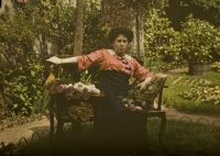 Charles Corbet, Mrs. Corbet on a gardenbench with a flowerbouquet    c. 1910, autochrome 9 x 12