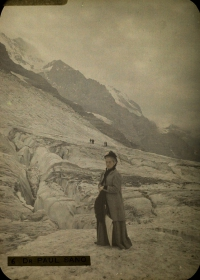 Paul Sano, Lady at Eiger glacier (CH)    c. 1914, autochrome 12 x 9