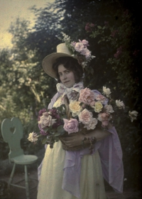 Alfonse Van Besten, Portrait of lady with roses    1912, autochrome 12 x 9, Similar autochrome in collection Fotomuseum-Antwerpen