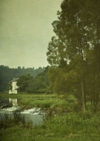 Remi Verstreken, House at riverside  c.1913, autochrome 12 x 9