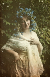Alfonse Van Besten, Lady with poppies   1912, autochrome 12x9
